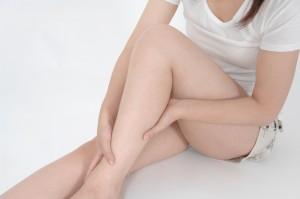 足のむくみを気にする女性